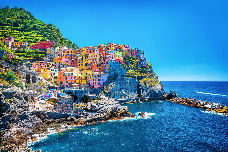 Фотообои «Море и дома на скалах»