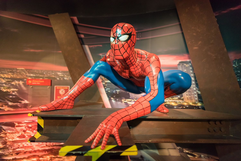 Фотообои «Человек паук над городом»
