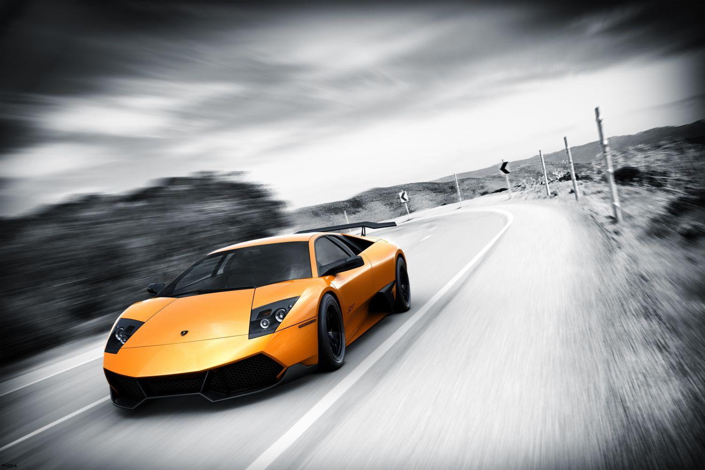 Фотообои «Желтый автомобиль на большой скорости»
