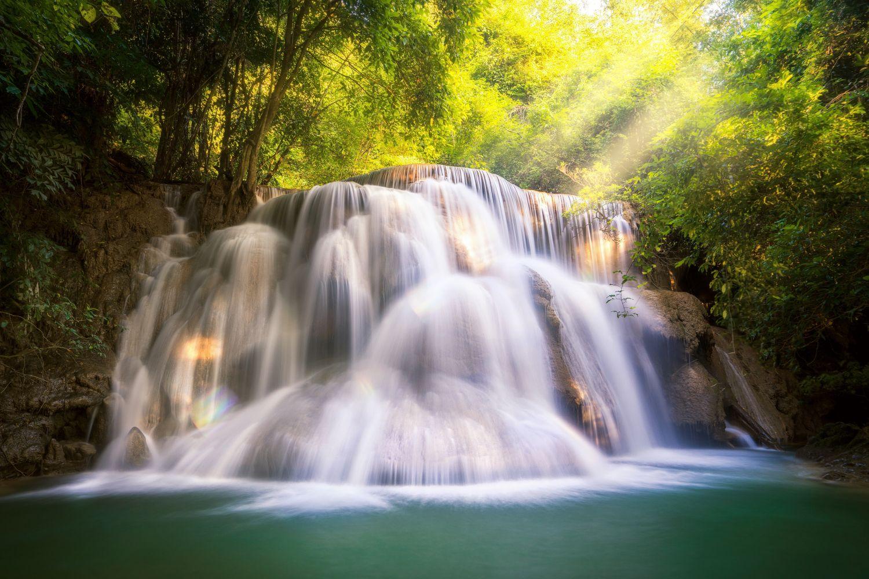 Фотообои «Лучи солнца на водопаде »