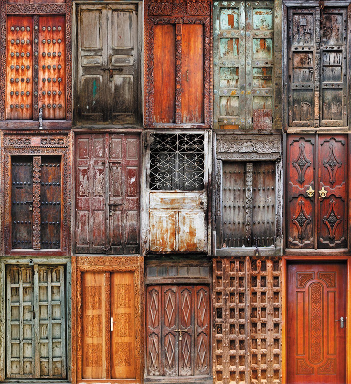 Фотообои «Уставшие двери»