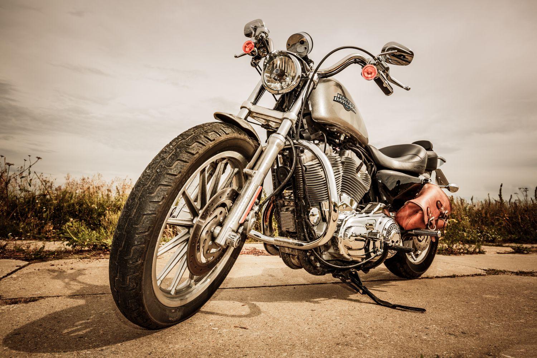 Фотообои «Мотоцикл у дороги»