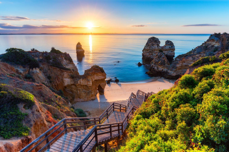 Фотообои «Лестница и закат на море»