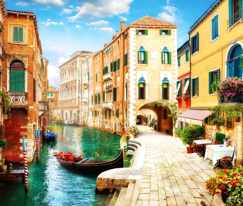 Фотообои «Безлюдная улочка в Венеции»